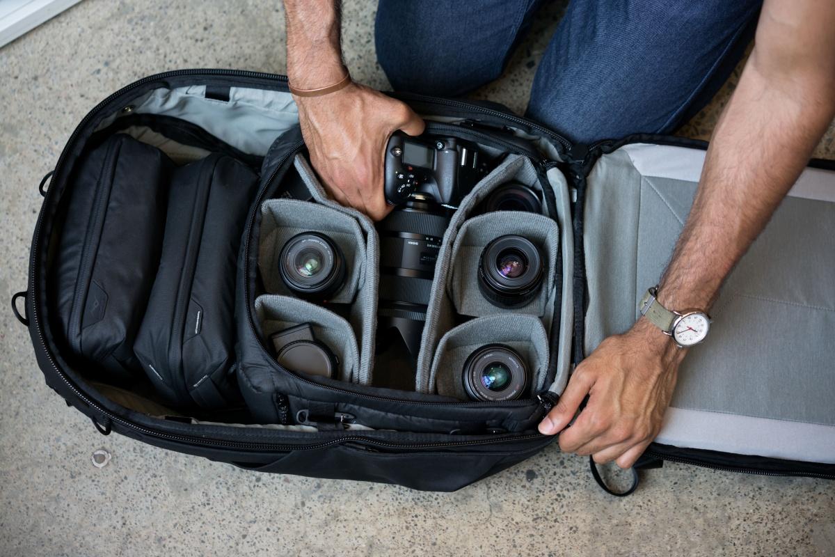 カメラキューブMをトラベルバックパックに収納